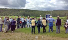 Eine Gruppe Lehrer nimmt an einer Führung über das Gelände des Biohofs von Martin Ritter teil